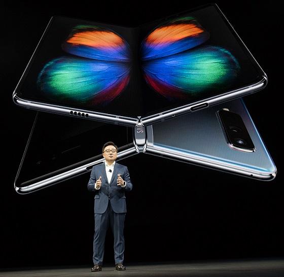 Samsung представил смартфон Galaxy Fold с первым в мире гибким экраном